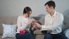 Pojkvänförslag som ger vigselringen till den älskade flickan
