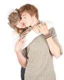 pojkvänflicka henne kyssande vinter royaltyfri bild