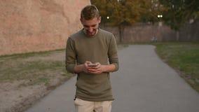 Pojkvännen skriver ett SMS meddelande till hans flickvän stock video