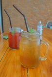 Pokój herbata w słoju cukierki i podśmietaniu Obraz Stock