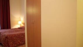 Pokój hotelowy z łóżkiem zbiory wideo