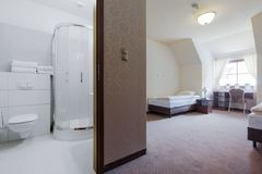 Pokój hotelowy z intymną łazienką obraz stock