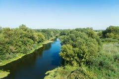 Pokój i zaciszność spokój na brzeg błękitna rzeka. obraz stock