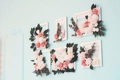 Pokój pięknie dekoruje z kolorowymi kwiatami zdjęcie royalty free