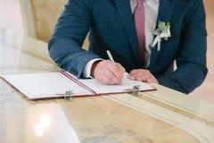 Pokój podpisuje na rejestracji w dokumencie na dzień ślubu fotografia royalty free