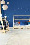 Pokój z łóżka i żakieta stojakiem fotografia stock