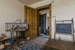 pokój z blackboard i łóżkiem polowym obraz stock