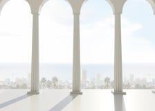 Pokój z filarami przegapia miasto i ocean Obraz Royalty Free