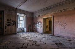 pokój z graffiti w starym kasztelu obraz royalty free
