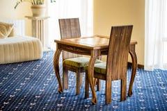 Pokój z krzesłami i stołem dla bawić się szachową grę Zdjęcia Stock