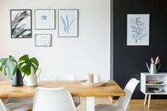 Pokój z stołem i plakatami zdjęcia stock