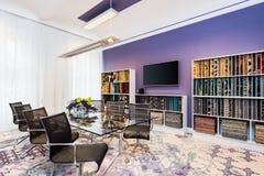 Pokój z szkło fiołka i stołu ścianami Obraz Royalty Free