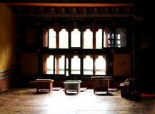 Pokój z tybetańczyka stylu biurkiem w Chimi Lhakhang w Bhutan (monaster plenność) fotografia stock