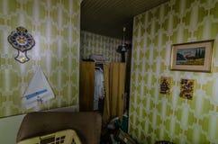 Pokój z zieloną tapetą obraz stock