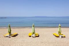 Pokładów krzesła czekać na ludzi na Stoupa piaskowatej plaży w Peloponnese Obrazy Royalty Free