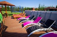 Pokładów krzeseł ar podwórka pływacki basen Fotografia Royalty Free