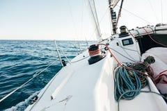 Pokład fachowy bieżny jacht opiera w wiatrze fotografia royalty free