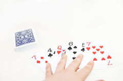 Pokład karty rozszerzanie się wzdłuż Białego tła Obrazy Stock