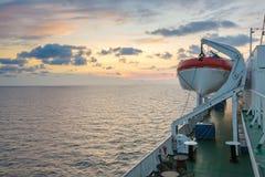 Pokład statek wycieczkowy z pięknym zmierzchem fotografia stock