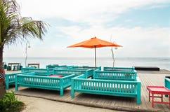 Pokładu patio przy oceanem i krzesło fotografia stock
