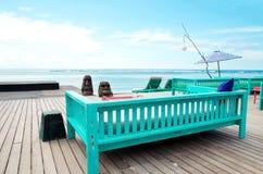 Pokładu patio przy oceanem i krzesło - Akcyjny wizerunek zdjęcie stock