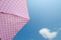 Poka Dot Pink Umbrella met Blauwe Hemel Stock Afbeelding