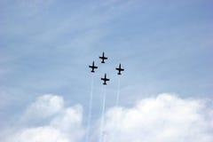 Pokaz lotniczy na cześć dzień zwycięstwo nad faszyzmem samolotu samolot zmieniający kolorów projekt kształtuje niebo Obrazy Royalty Free