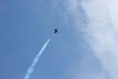 Pokaz lotniczy na cześć dzień zwycięstwo nad faszyzmem samolotu samolot zmieniający kolorów projekt kształtuje niebo Obrazy Stock