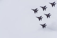 Pokaz lotniczy w niebie nad Krasnodar lota lotniskowa szkoła Airshow na cześć obrońcę Fatherland MiG-29 w niebie Obraz Royalty Free