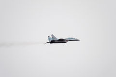 Pokaz lotniczy w niebie nad Krasnodar lota lotniskowa szkoła Airshow na cześć obrońcę Fatherland MiG-29 w niebie Zdjęcie Stock
