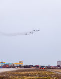 Pokaz lotniczy w niebie nad Krasnodar lota lotniskowa szkoła Airshow na cześć obrońcę Fatherland MiG-29 w niebie Obrazy Royalty Free