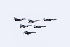 Pokaz lotniczy w niebie nad Krasnodar lota lotniskowa szkoła Airshow na cześć obrońcę Fatherland MiG-29 w niebie Zdjęcia Royalty Free