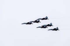 Pokaz lotniczy w niebie nad Krasnodar lota lotniskowa szkoła Airshow na cześć obrońcę Fatherland MiG-29 w niebie Zdjęcia Stock