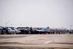 Pokaz lotniczy w niebie nad Krasnodar lota lotniskowa szkoła Zdjęcie Royalty Free