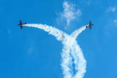 Pokaz lotniczy w niebieskim niebie Zdjęcia Stock