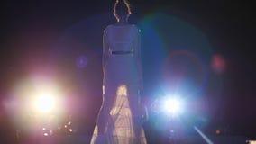Pokaz mody, wzorcowa kobieta w elegancką suknię i heeled buty, iść puszka wybieg przy nocy wydarzeniem zbiory wideo