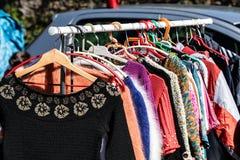 Pokaz szybkie mod kobiety ubiera i kurtki na stojaku Obrazy Stock