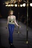 Pokazu Mody ` losu angeles butika ` kobieta przygotowywająca być ubranym wysokości cięcia styl i Pływać Obrazy Royalty Free