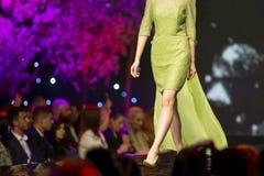 Pokazu mody pasa startowego zieleni piękna suknia zdjęcie stock