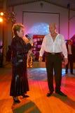 Pokazuje Belarusian piosenkarza Aleksander Solodukha na scenie klub poza miastem Dawać Zdjęcie Royalty Free