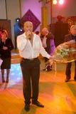 Pokazuje Belarusian piosenkarza Aleksander Solodukha na scenie klub poza miastem Dawać Zdjęcia Royalty Free