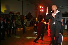 Pokazuje Belarusian piosenkarza Aleksander Solodukha na scenie klub poza miastem Dawać Fotografia Royalty Free