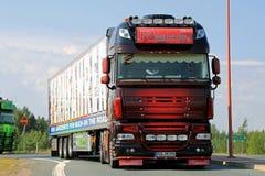 Pokazuje Ciężarową DAF XF 105 rzeszę w Lempaala, Finlandia Zdjęcia Stock