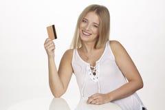 Pokazuje jej złotą kredytową kartę Zdjęcia Royalty Free