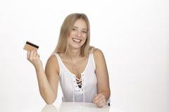Pokazuje jej złotą kredytową kartę Obrazy Royalty Free