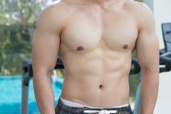 Pokazuje mięśnia ciała przystojny mężczyzna w sprawności fizycznej centrum lub gym Zdjęcie Royalty Free