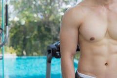 Pokazuje mięśnia ciała przystojny mężczyzna w sprawności fizycznej centrum lub gym, Zdjęcie Stock