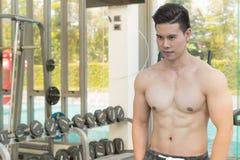 Pokazuje mięśnia ciała przystojny mężczyzna w sprawności fizycznej centrum lub gym Fotografia Royalty Free
