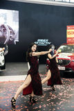 Pokazuje na dancingowej dziewczynie Zdjęcia Royalty Free