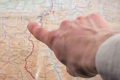 Pokazuje na mapie obrazy royalty free